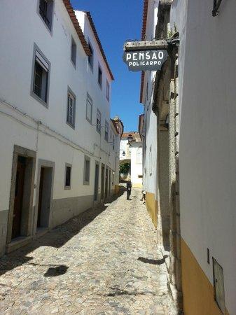 Pensao Residencial Policarpo: cobbled street entrance