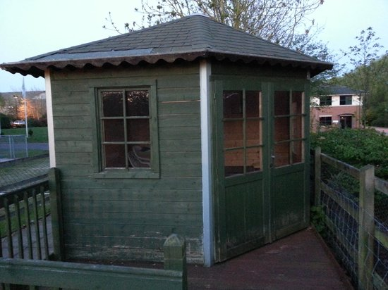 Holiday Inn Leamington Spa-Warwick: Hut at the dog exercise area