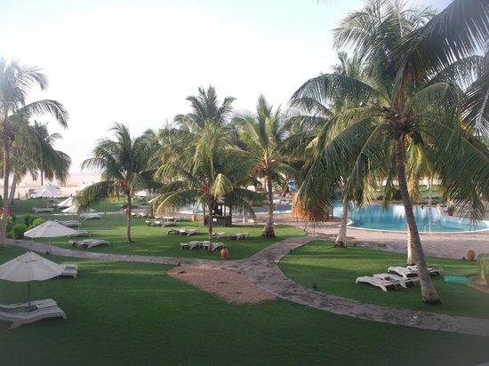 Hilton Salalah: Jardin et piscine