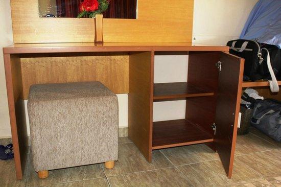 Victory Byblos Hotel & Spa : Room Desk