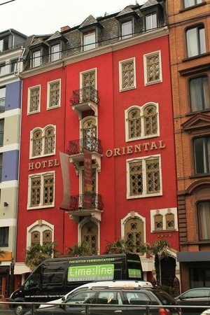 Hotel Villa Oriental: Вид отеля с улицы.