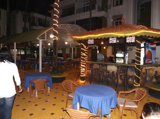 Alor Grande Holiday Resort: pool side bar
