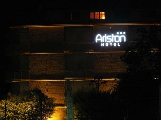 Hotel Ariston: dal paese sulla strada del passeggio x le terme
