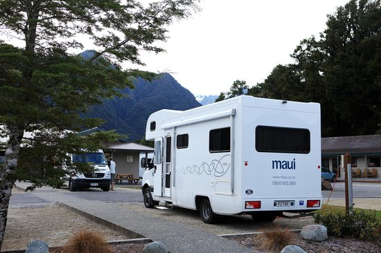 Fox Glacier TOP 10 Holiday Park: จอดรถสบาย