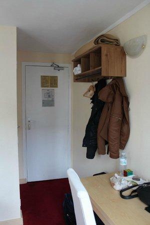 Fiat Hotel : вместо шкафа-вешалка,напротив ванна