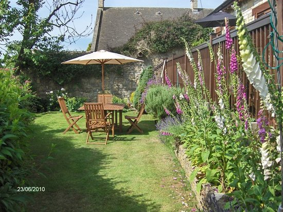 The Coach House : Garden view in Summer