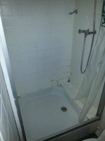 Hotel Le Normandie: La saleté et la pourriture dans la douche