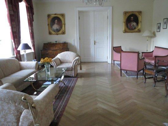 Grof Degenfeld Castle Hotel: The lounge