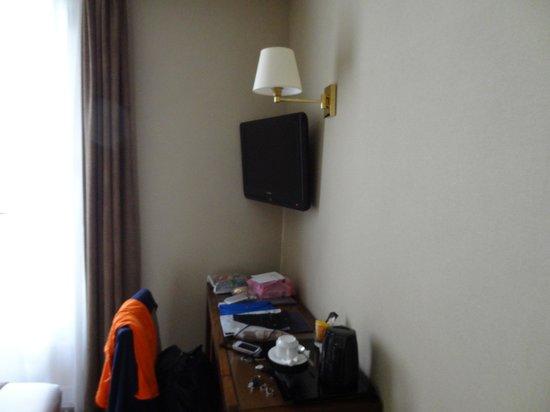 Acacias Etoile Hotel: Телевизор