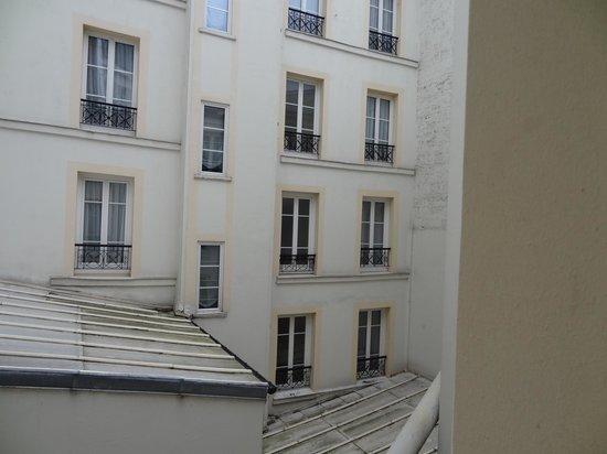 Acacias Etoile Hotel: Вид из окна на внутренний довор