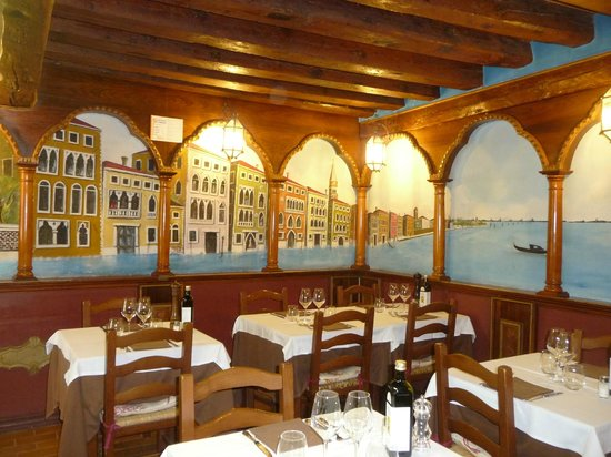 IL Nuovo Galeon: Stylish dining room