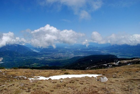 Alpe-Adria Apartments: View from Dobratsch Nature Park over Villach. Faaker See is on the right (with small island)