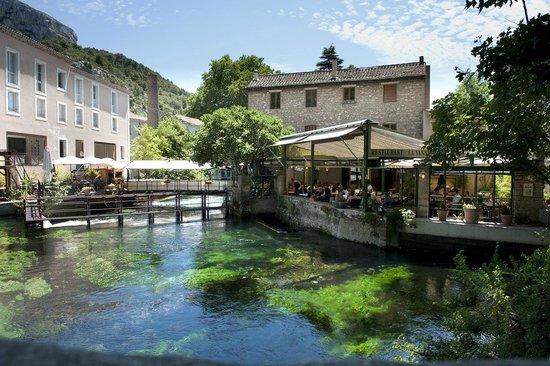 La Vanne Marel: Beautiful location alongside and over the Sorgue
