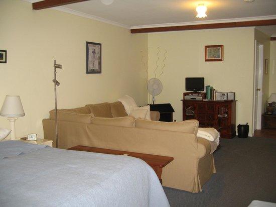 Emu Point B&B: Studio room lounge area