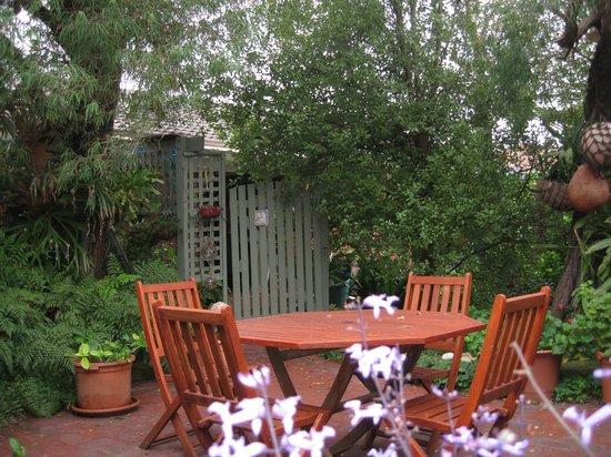 Emu Point B&B: Outdoor breakfast area