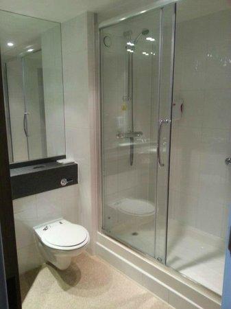 Premier Inn Glasgow City Centre South Hotel: Bathroom