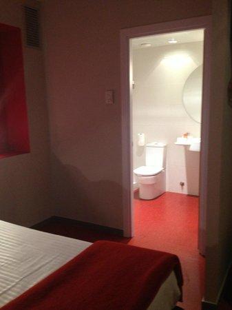 Hotel Ciutat Vella: Vista baño habitación 404