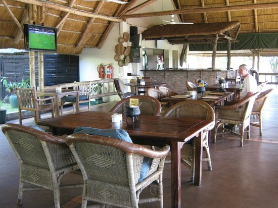 Victoria Falls Rest Camp & Lodges : bar and dining room