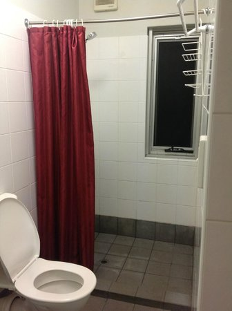 The Emperor's Crown Hostel: Shower