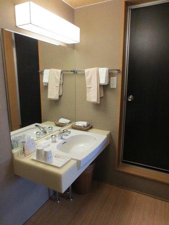 Nishiyama Ryokan: Handbasin outside bathroom
