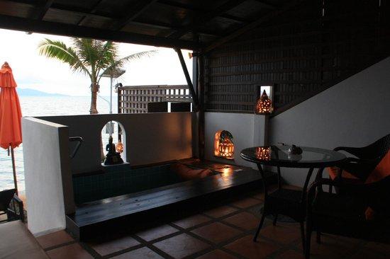 L' Hacienda: Verandah with jacuzzi