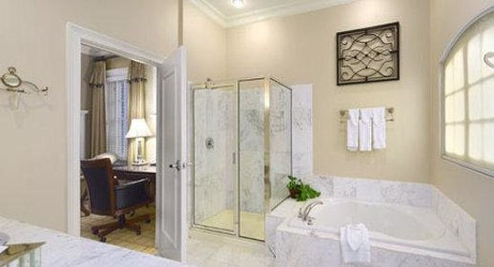 Inn At USC Wyndham Garden: Presidential Suite Home Design Ideas