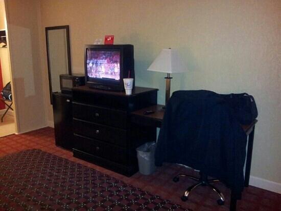Red Roof Inn Hot Springs: TV, Desk, U0026 Dresser Area
