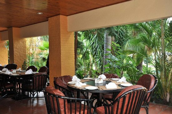 Safari Lodge Hotel & Convention Centre: Restaurant