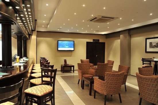 Safari Lodge Hotel & Convention Centre: Bar