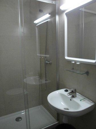 Hostal Europa : camera tripla con bagno privato