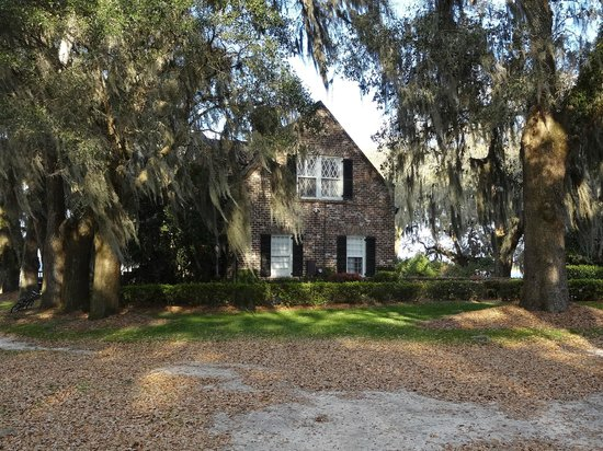 Mansfield Plantation: the guest rooms are not attached to the main house.