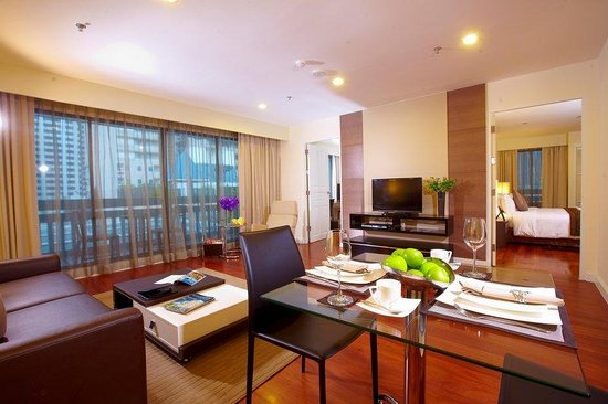 Phachara Suites: Living Room 2 Bedroom