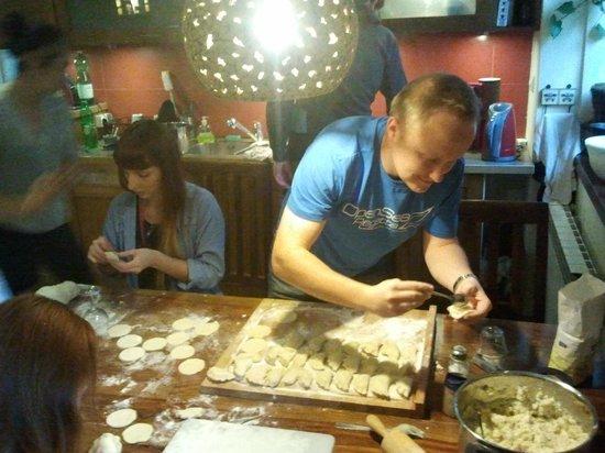 Mundo Hostel: Guests and staff preparing dumplings ;)