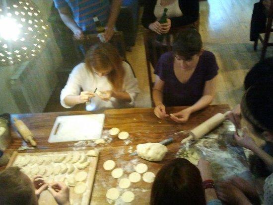 Mundo Hostel: Guests preparing dumplings ;)