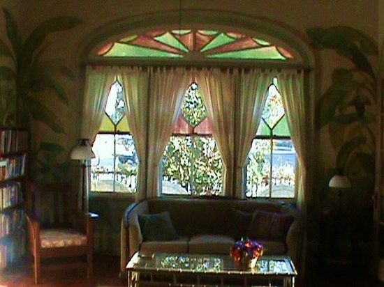 Auld Sweet Olive Bed and Breakfast: Front Parlor