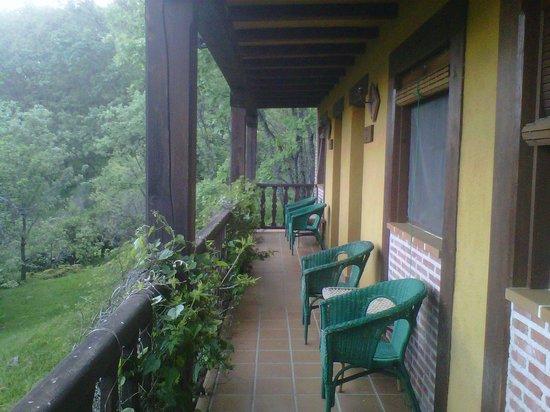 Casa Rural La Josa: camino de acceso a las habitaciones
