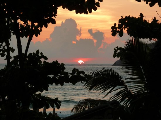 Kata Beach Resort and Spa: Sunset from the pool area