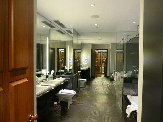 Hullett House: やたらと広いバスルーム