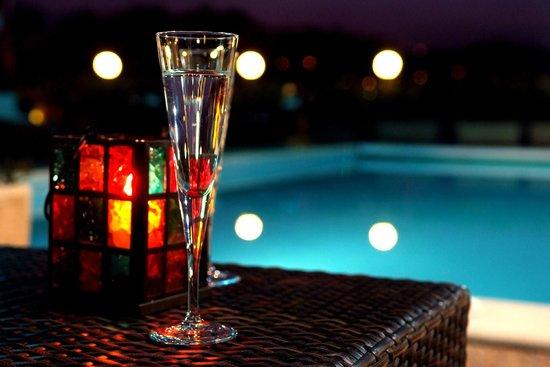 Millau Hotel Club: La terrasse de Millau Hôtel Club au bord de la piscine