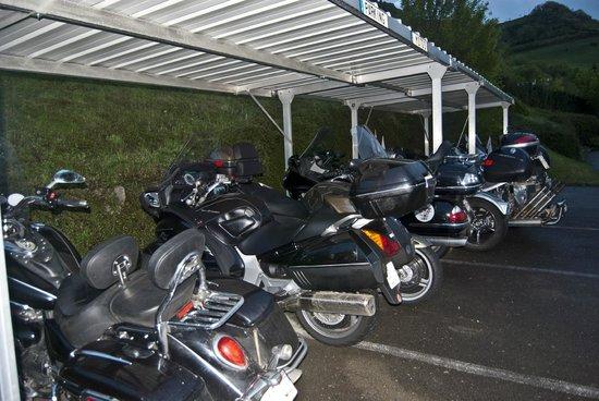 Millau Hotel Club: Parking Moto de Millau Hôtel Club (Relais Motards)