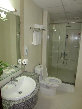 Hoang Phu Gia Hotel : Really nice bathroom with walk-in shower