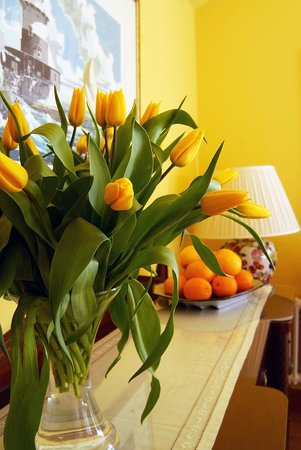 Violet Bank House: Tulips and Oranges in the dining room