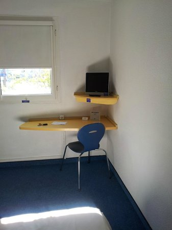 Hostal Ibis Budget Granada: habitacion mesa