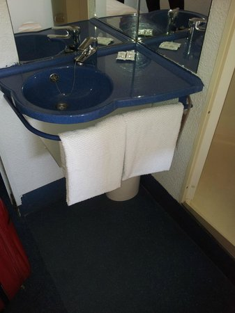Hostal Ibis Budget Granada: lavabo