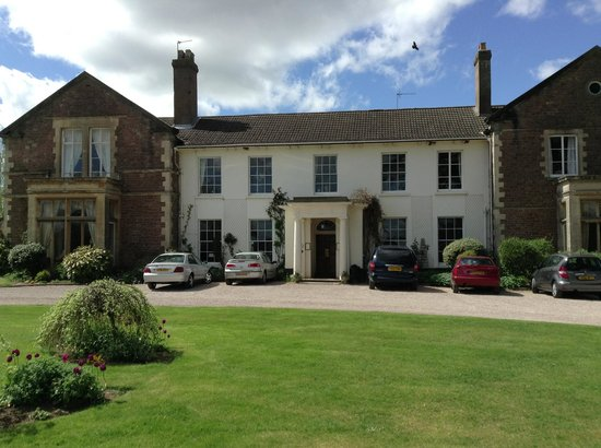 Glewstone Court: View of the hotel as you arrive
