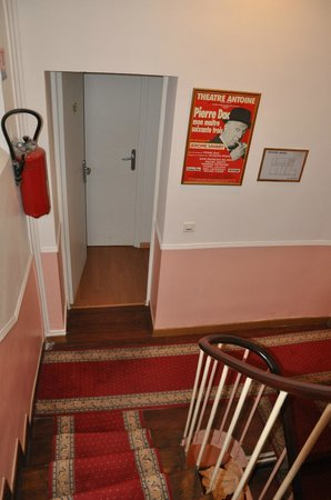 Victory Hotel Galou : Staircase (not easy with large suitcases!)