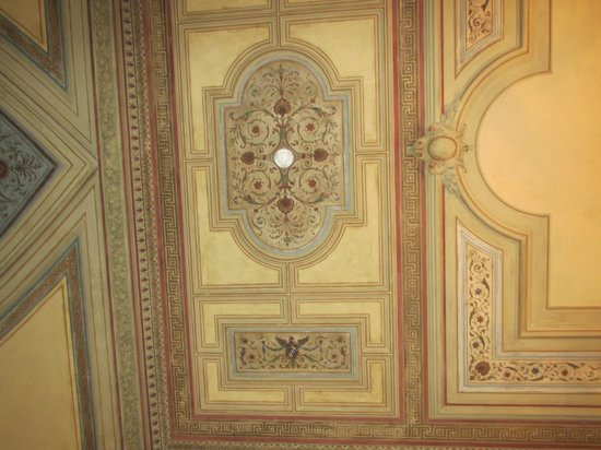 Austria Trend Hotel Savoyen Vienna: Beautifully decorated ceiling in the entry way