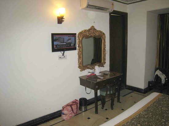 Nahargarh Haveli: Our dressing table and tiny flatscreen TV
