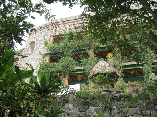 Eco Hotel Uxlabil Atitlan: Front of hotel - note flowers