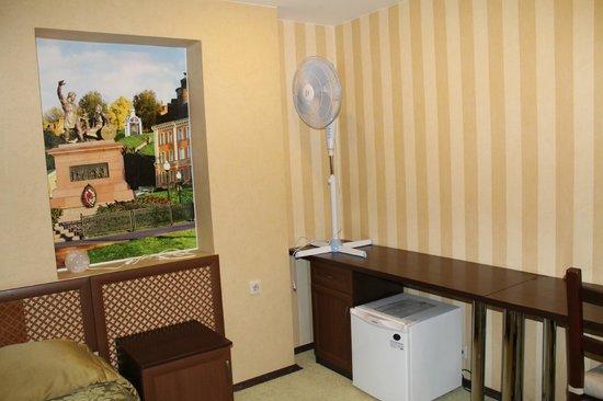 Heliport Hotel: Вентилятор и мини-бар